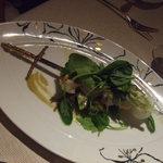 ラ メゾン ドゥ グラシアニ - 市場より魚介のブロシェット炭火焼グリーンオリーブのクーリ 酢橘のヴィネグレット和え、ズッキーニのラペ
