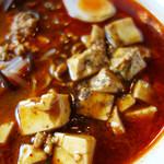 麻婆豆腐・担々麺 トト - 花椒粉入りのシビレる麻婆豆腐がトッピングされています。