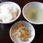 麻婆豆腐・担々麺 トト - 定食のご飯・スープ・もやしザーサイはセルフで食べ放題です。