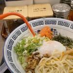 久留米ラーメン 清陽軒 イオンモール熊本店 - ラー油と酢を回しかけ、 豪快かつ丁寧にかき混ぜます。