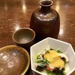 ひろめ寿し - 「ほろ酔いセット」(1000円税別)の酒と小鉢。