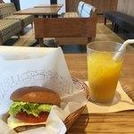 モスカフェ - モーニング野菜チーズバーガーとオレンジジュース