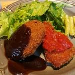 88381553 - むね肉のチキンカツには玉葱やハーブ入りのトマトソース、ポルチーニ茸のクリームコロッケには濃厚デミソ―ス