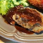 88381565 - サクサク衣の中は炒めた舞茸や挽肉入りでクリーミー、でもポルチーニ茸の風味はかなり弱め