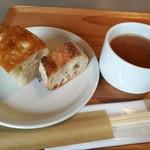 88381570 - パンは食べ放題、オイルや塩が浸み込むフォカッチャとバゲットの2種類、野菜入りミネストローネ