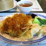 三茶酒家 香港バル213 - 蝦雲吞蝦子麵(海老ワンタン蝦子まぜ麺)