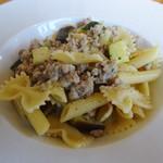 アマルフィイ ホワイトガーデン - 自家製サルシッチャと旬野菜のセージバターソース ショートパスタ