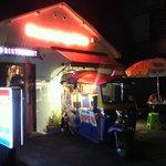 カオマンガイ - 外観写真:夜は昼とはまた違った雰囲気が◎お外で一杯♪