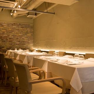 料理の彩りを引き立てる、無彩色を基調としたシンプルな空間