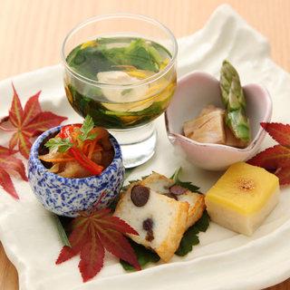 旬の食材と自社養鶏場から直送の鶏を使用した和食料理の数々