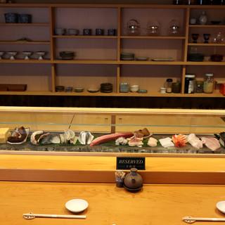 寿司屋の特等席は、カウンター。店主との会話を交えて味わう一貫
