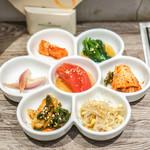 A5焼肉&手打ち冷麺 二郎 - 本日のキムチ&ナムル盛り