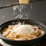 ■削りたてチーズと温泉玉子の鉄板カルボナーラ