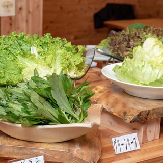 島野菜をくるっと巻いてヘルシー焼肉。無料の野菜コーナー完備。