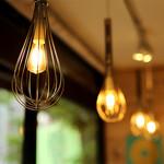 バウムクーヘン専門店アニバウム - ホイッパー型の暖かみのある灯りが店内を照らします♪