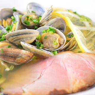 あさりの旨みがたっぷり溶け込んだ自慢のスープと三河屋製麺の麺