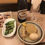 角屋 - ラガー(550円)、おでん3つ(330円)、きゅうりのビール漬け(200円)