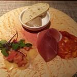 88449107 - 前菜盛り合わせ(パルマ産生ハムとサラミピカンテ、伊勢産鯛のカルパッチョ、四万十鶏レバーのムース)
