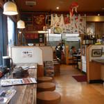 めんちゃんこ亭 - 店内の様子②入口にカウンター席。奥にテーブル席と小上がりがあります。
