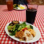 洋風酒場 イタレヴィーノ - 冷前菜とサラダはブッフェスタイル。