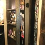 博多焼鳥 串ジョージ - 本棚…兼、お手洗いへ続く扉(笑)