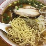 赤のれん - 醤油 麺は中細のやや縮れた麺