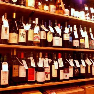 常時500種以上の自然派ワインが並ぶ圧巻のワインセラー