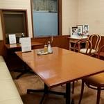 盛京亭 - テーブル席(お店の奥です)