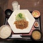 大戸屋 - たっぷりキャベツと四元豚豚ロースの生姜焼き定食