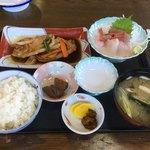 お食事処 とんとん - 刺身と焼肉定食 1280円
