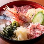 スペシャル海鮮丼(味噌汁・サラダ・漬物つき)