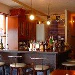 apa apa cafe - カウンターには、たくさんのお酒☆奈良では貴重な0時まで営業しているcafeダイニング♪
