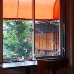 apa apa cafe - 窓からの景色☆ならまちの家屋が見えます