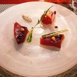 88501289 - 軽いスモークの香りを纏ったカツオ ルッコラのクーリー 赤パプリカとブラッドオレンジのバートドフリュイ