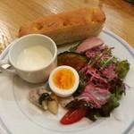 ブロード - サラダには可愛いピンク色の紫キャベツのドレッシング、前菜やじゃが芋の冷製スープも