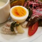 ブロード - 前菜は湯引き鱧と桃に大葉のソース、真鯛の炙りカルパッチョ、モルタデッラハムやゆで卵など