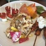 パーゴラ - トマトとモッツァレラチーズのカプレーゼ、ギリシャ風鶏肉の串焼き、リオナソーセジと彩り野菜のサラダ