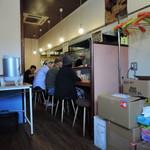 極汁美麺 umami - 通常と壁向かいのカウンター席のみの構成。無難なカジュアル内装。 やわらかい色調で大衆感適度。