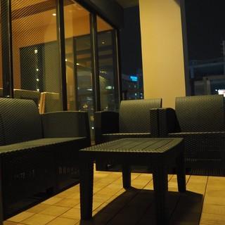 開放的なテラス席はデート気分を盛り上げてくれる