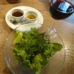 88506117 - サラダ+ソース+赤ワイン