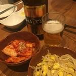 五韓満足 - 最初に出されるキムチ&ナムルと飲み放題の瓶ビール(生は無い)