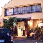 欣龍 - 写真右側が焼肉レストラン左側が洋食レストランです