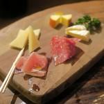 銀座バー GINZA300BAR 銀座5丁目店 - 生ハムとチーズの盛り合わせ¥300
