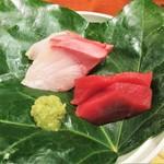まるさ水産 - まるさ日替わり定食 880円(税別)の 刺身 2種。     2018.06.30