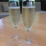 星野リゾート リゾナーレ トマム - 15時からはラウンジでスパークリグワインが飲み放題。もちろんコーヒーなどのソフトドリンクもあります。