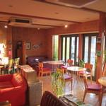 ヒーローズカフェ - 木目調の明るい店内。