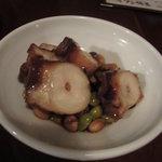 煮込み屋ぐっつ - タコと豆の柔らか煮 450円。