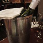 煮込み屋ぐっつ - ボトルはワインクーラーで冷やしておいておいてくれます。
