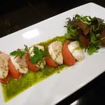 個室肉バル×チーズタッカルビ 肉タリアン - 完熟トマトと熟成チーズのカプレーゼ