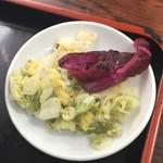 88536188 - 柴漬けと白菜の浅漬。                       白菜の浅漬は、塩素の香りが凄い。                       水道水でここまでなるかな?